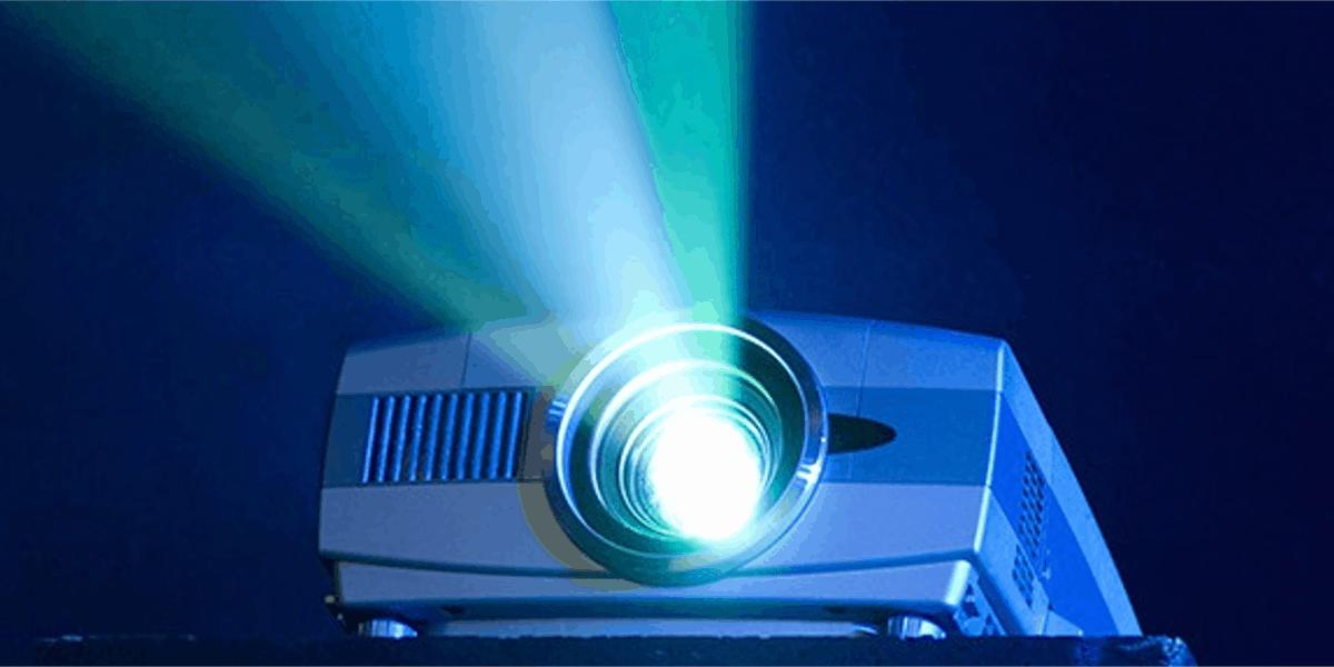 projetor exibindo algum conteúdo em um ambiente escuro