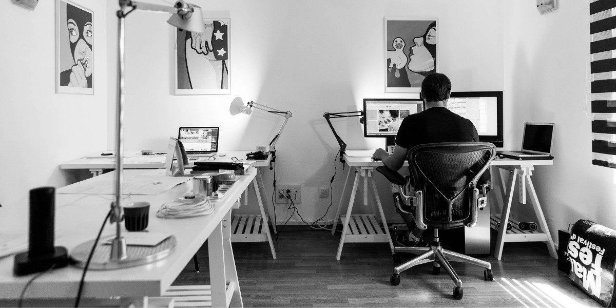 Uma cadeira de escritório sendo utilizada no home office