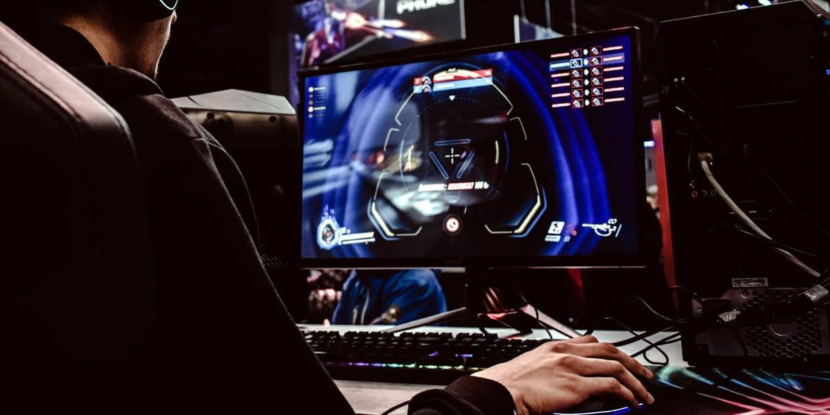 Pessoa jogando em um dos melhores PCs Gamer do mercado
