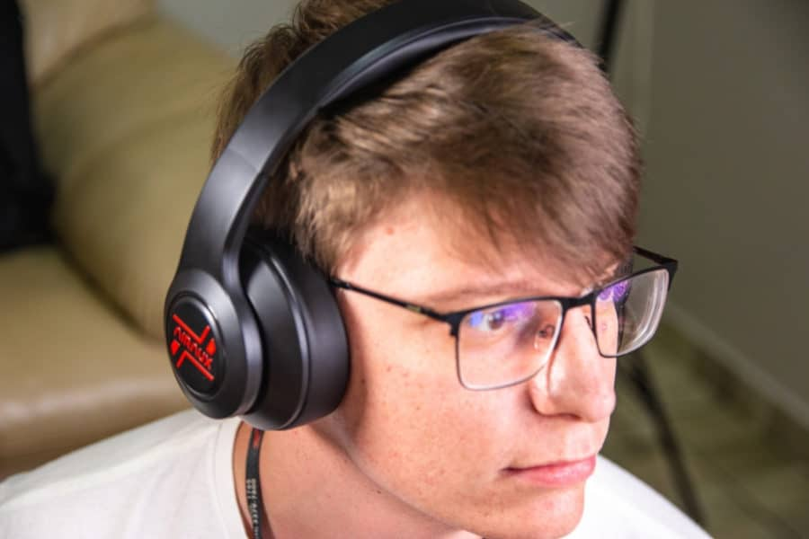 Pessoa-utilizando-o-fone-de-ouvido
